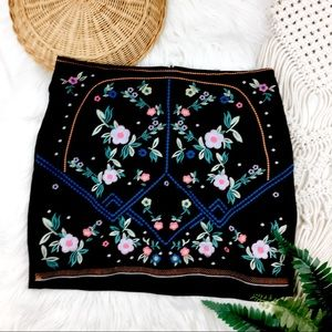 🆕 H&M • Floral Embroidered Mini Skirt
